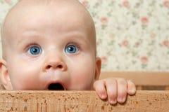 Het meisje van de baby ih haar bed Stock Afbeelding