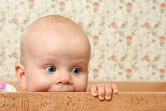 Het meisje van de baby ih haar bed Royalty-vrije Stock Afbeeldingen