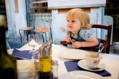 Het meisje van de baby in koffie Royalty-vrije Stock Foto's
