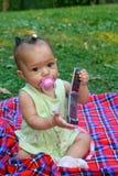 Het meisje van de baby met celtelefoon Stock Foto's