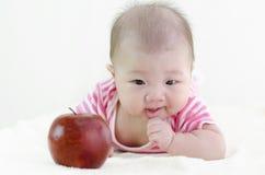 Het meisje van de baby met een appel Stock Foto