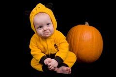 Het Meisje van de baby met een pompoen stock fotografie
