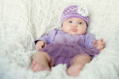 Het meisje van de baby met gebreide hoed met bloem Stock Afbeeldingen