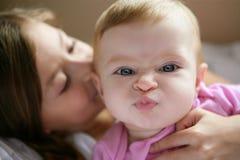 Het meisje van de baby met grappige uitdrukking in gezicht royalty-vrije stock afbeeldingen