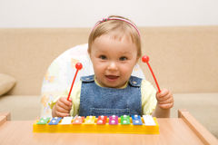 Het meisje van de baby met instrument Stock Foto