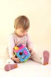 Het meisje van de baby met kleurrijk sorteerdersstuk speelgoed Royalty-vrije Stock Fotografie