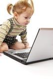 Het meisje van de baby met laptop stock fotografie