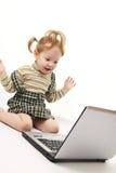 Het meisje van de baby met laptop stock afbeelding