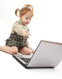 Het meisje van de baby met laptop stock foto's