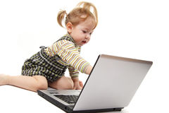 Het meisje van de baby met laptop stock afbeeldingen