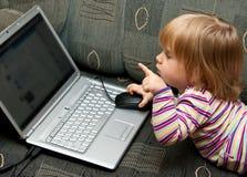 Het meisje van de baby met laptop Royalty-vrije Stock Foto's