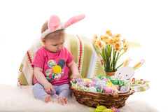 Het meisje van de baby met Pasen mand Royalty-vrije Stock Afbeelding