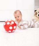 Het meisje van de baby met rode bal Royalty-vrije Stock Afbeelding