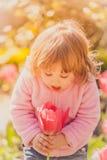 Het meisje van de baby met tulp Stock Afbeelding