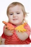 Het meisje van de baby met verf op handen Royalty-vrije Stock Afbeelding