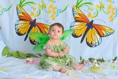 Het meisje van de baby met vlindervleugels Stock Foto's