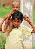Het meisje van de baby op de schouder van de jongen. stock afbeelding