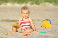 Het meisje van de baby op een strand Stock Fotografie