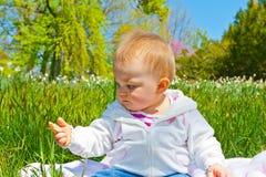 Het meisje van de baby op gebied stock afbeelding