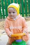 Het meisje van de baby op het autostuk speelgoed Stock Fotografie