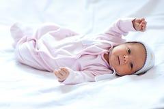 Het meisje van de baby op het bed Royalty-vrije Stock Afbeelding