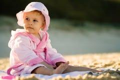 Het meisje van de baby op het strand Stock Fotografie