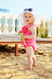 Het meisje van de baby op het strand Stock Foto