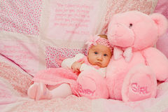 Het Meisje van de baby op Roze Deken Stock Fotografie