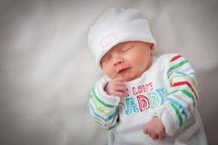 De mooie pasgeboren slaap van het babymeisje, met haar han Royalty-vrije Stock Foto's