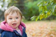 Het meisje van de baby in park stock afbeelding