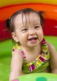 Het meisje van de baby playin in water Royalty-vrije Stock Foto