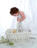 Het Meisje van de baby in Rieten Mand royalty-vrije stock afbeeldingen