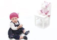 Het meisje van de baby in roze hoed en stuk speelgoed Stock Fotografie