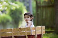 Het meisje van de baby in wagen in openlucht royalty-vrije stock fotografie