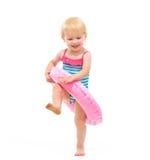 Het meisje van de baby in zwempak het spelen met opblaasbare ring Royalty-vrije Stock Afbeeldingen