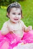 Het meisje van de babypeuter in de eerste partij van de verjaardagsverjaardag Stock Foto's