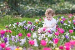 Het meisje van de Bautiful het grappige baby spelen op een gebied van bloemen Royalty-vrije Stock Afbeelding
