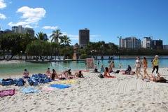 Het meisje van de bikini op het kunstmatige strand Royalty-vrije Stock Foto's