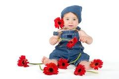 Het Meisje van de bloem - baby onder verse gerberas stock afbeelding