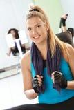 Het meisje van de blonde bij de gymnastiek Stock Afbeeldingen