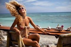 Het meisje van de blonde in de staaf Royalty-vrije Stock Foto