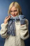 Het meisje van de blonde in de winterkleren Stock Foto