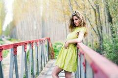 Het meisje van de blonde in een landelijke brug Stock Fotografie