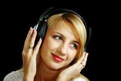 Het meisje van de blonde in hoofdtelefoons Royalty-vrije Stock Foto's