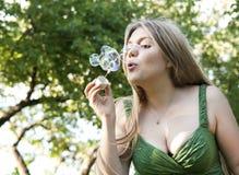 Het meisje van de blonde maakt zeepbels royalty-vrije stock afbeeldingen