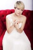 Het meisje van de blonde met bruids kleding stock foto's