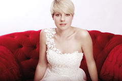 Het meisje van de blonde met bruids kleding stock afbeeldingen