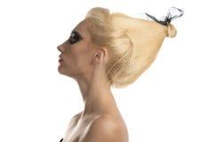 Het meisje van de blonde met donkere samenstelling in profiel Stock Afbeeldingen