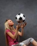 Het meisje van de blonde met een kleine hond Stock Afbeelding