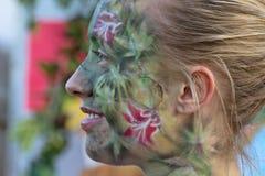 Het Meisje van de blonde met Gedetailleerd Geschilderd Gezicht in Festiva stock afbeelding